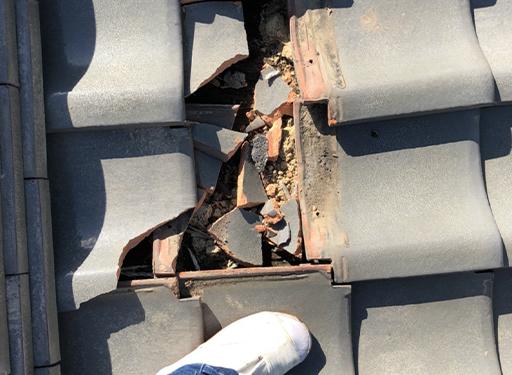 瓦屋根のひび割れ